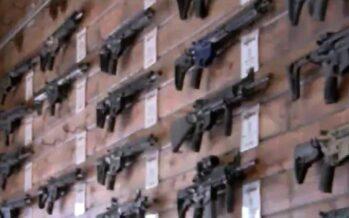 Miles de neozelandeses entregan sus armas de guerra a la policía